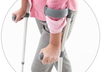 Костыли после эндопротезирования: как правильно ходить, ровная поверхность и ступеньки