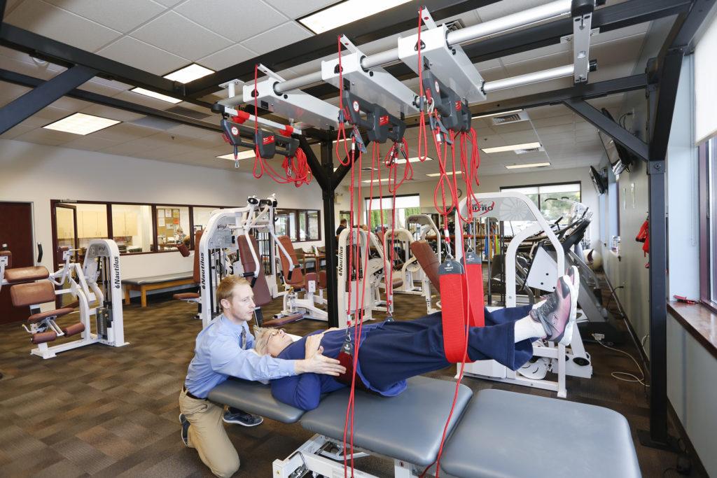 О хромоте после эндопротезирования суставов: что делать, как долго?